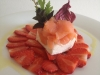 grund-resort_mousse_z_uzeneho_lososa_carpaccio_z_cerstvych_jahod_vinaigrette_z_pampeliskoveho_medu_zdroj_foto_grund_restaurant