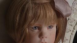 """Doll Prague - To jsem já! This is JUST ME! autor: Laura Scattolini – Itálie velikost: 48 cm sedící panenky blond lidské vlasy modré oči – zakázková výroba Šaty – antic, v měkké růžové barvě s jemnými vyšívanými kytičkami Křeslo je čalouněné a malované autorkou ve stylu """"Shabby Chick"""" Oficiální zdroj: BIG FISH & CO"""