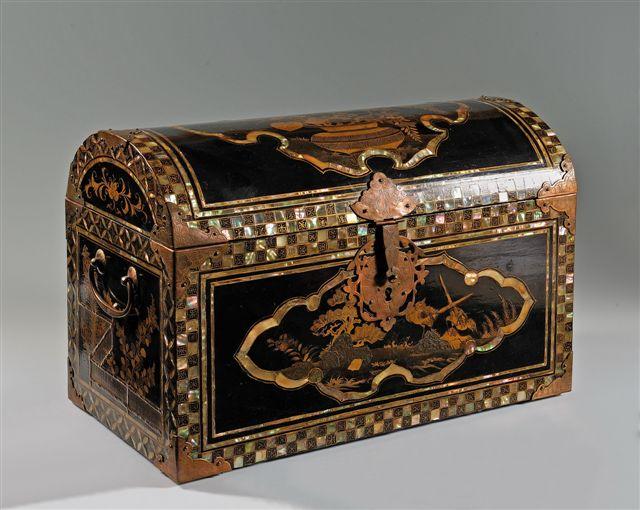 Národní galerie - Stálá expozice Umění Asie Japonská truhla s vypouklým víkem (1620 -1640) Foto: NG v Praze, oficiální zdroj