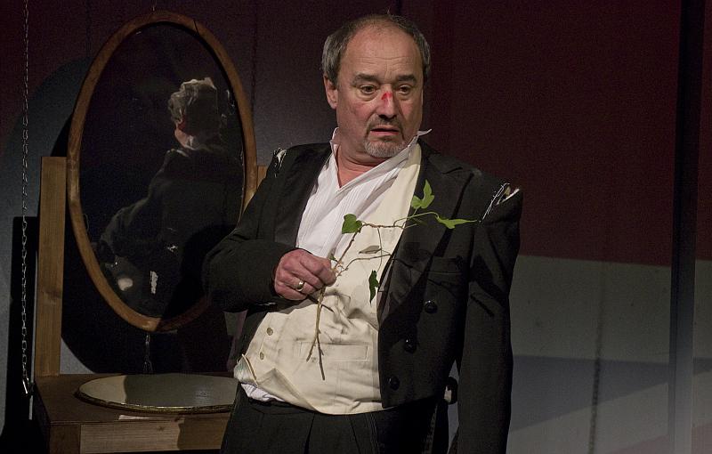 Soudce v nesnázích Foto: ©VIKTOR KRONBAUER, Divadlo na Vinohradech, oficiální zdroj
