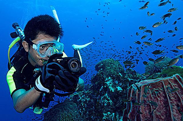 Fotoaparát Nikon 1 AW1 můžete bez obav vzít s sebou ke všem prázdninovým radovánkám – je odolný proti vodě, prachu, nárazu i mrazu Foto: Nikon, oficiální zdroj