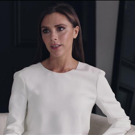 Victoria Beckham & THEOUTNET.COM  uvádí prostřednictvím videa charitativní prodej na podporu Mothers2Mothers Zdroj: THE OUTNET.COM, v souladu s fair use polici