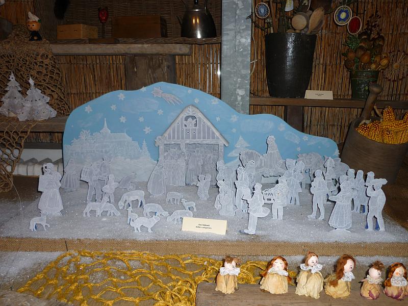 Vánoční výstava v Botanické zahradě: Eva Hájková - Betlém z pergamenu, v popředí růžové panenky Jany Karkovské Foto: e-Newspeak
