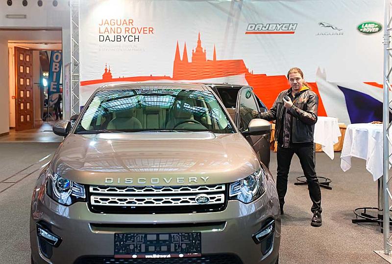 U Land Roveru Discovery Sport pózuje Honza Toužimský Foto: Josef Edvard Gregor, Kloboukfilm, oficiální zdroj