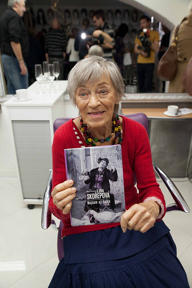 Luba Skořepová se svou knihou Nejsem už holka Foto: Josef Edvard Gregor, Kloboukfilm, oficiální zdroj