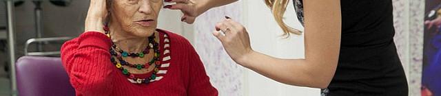Luba Skořepová si v Salonu Magdalena vyzkoušelanový vzhled Foto: Josef Edvard Gregor, Kloboukfilm, oficiální zdroj