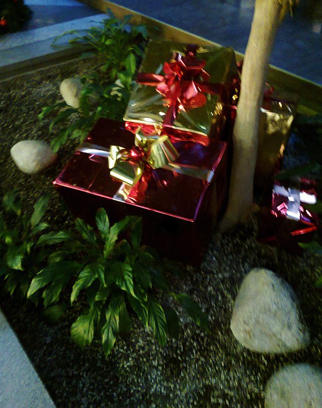 Venkovní výzdoba v podobě zabalených dárků Foto: e-Newspeak