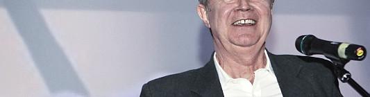 John Madden právě převzal Kristiána - ocenění za celoživotní přínos filmu udělované v rámci festivalu Febiofest Foto: MFF Praha - Febiofest, oficiální zdroj