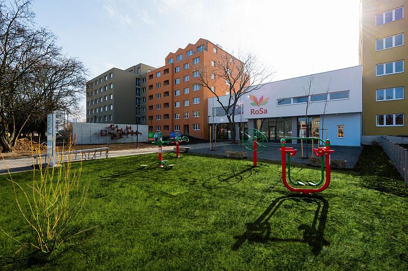 Rezidence RoSa - vstup ze Střelničné ulice s dětským hřištěm Foto: RoSa, oficiální zdroj