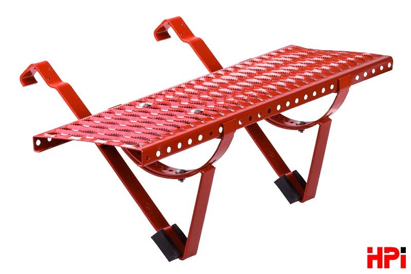 Sada ROBUST z nabídky HPI-CZ zahrnuje kompletní stoupací plošinu z kvalitní pozinkované oceli. Sadu tvoří dva držáky stoupací plošiny pro montáž za přídavnou lať, dva držáky roštu a samotný rošt s protiskluzovým povrchem, vybrat si lze typ povrchovou úpravou pozink nebo v barebné variantě: antracit, hnědá, cihlově červená, červenohnědá, černá Foto: HPI-CZ, oficiální zdroj