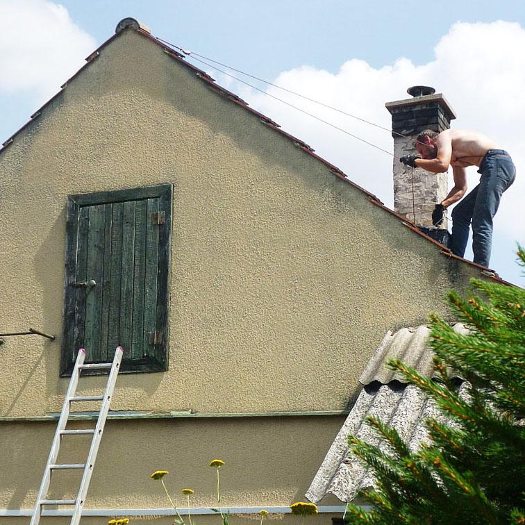 Absence bezpečnostních prvků zvyšuje při opravě střechy riziko úrazu Foto: e-Newspeak