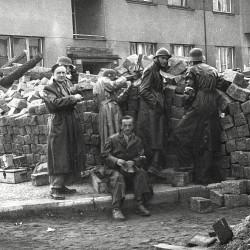 Barikádníci v Bubenči v ulici Bedřicha Velikého, foto Bohumil Černý, MMP HNN 15 782