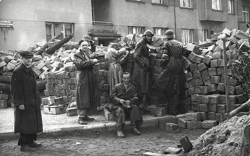 Barikádníci v Bubenči v ulici Bedřicha Velikého, foto Bohumil Černý/MHMP, oficiální zdroj