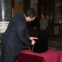 Dřevěnou schránku definitivně zapečetil generální ředitel Národního muzea Michal Lukeš