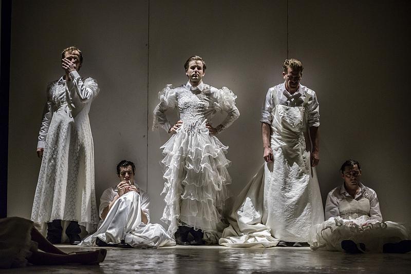 Divadelní Flora 2015: Albert Camus – Cizinec aneb Člověk je tak jako tak vždycky trochu vinen – Divadlo Na zábradlí Foto: Divadelní Flora, oficiální zdroj