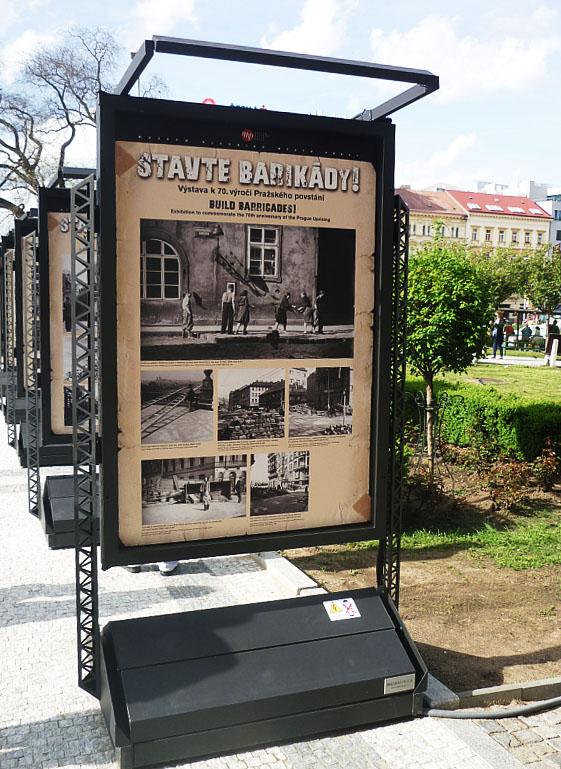 Instalace výstavy Stavte barikády! před MHMP Foto: e-Newspeak