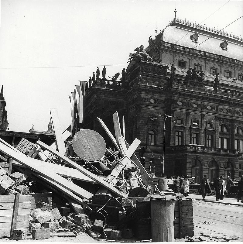 Již částečně rozebraná barikáda před Národním divadlem Foto: Josef Voříšek/MHMP, oficiální zdroj