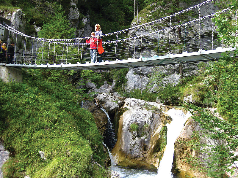 Trochu adrenalinu při přecházení  Teufelbricke (Čertovského můstku) v Tscheppaschluchtu dodá dovolené nádech dobrodružství<br />  Foto: LEITNER, Kaernten Werbung, oficiální zdroj