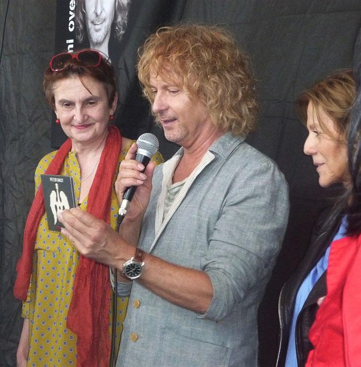 Peter Nagy spolu s kmotřičkami svého CD Evou Holubovou a Lenkou Filipovou Foto: e-Newspeak