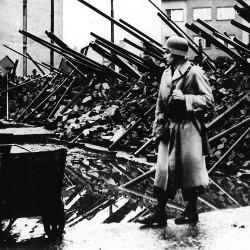 Obránce barikády s ukořistěnou výstrojí a výzbrojí (Černokostelecká ulice), anonymní fotografie, MMP HNS 6 313.1