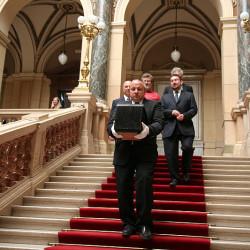 Schránka se z Panteonu Historické budovy Národního muzea vydala do Památníku Františka Palackého a Františka Ladislava Riegra