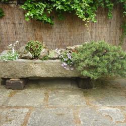 Skalničky - osázené kaenné koryto