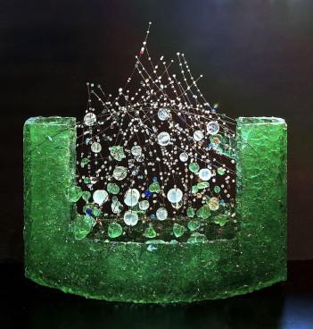 Rubikon: Jaroslav Matouš - LÉČIVÝ PRAMEN 2015, sklo, drát 55 x 52 x 12 cm Foto: ArtForum, oficiální zdroj