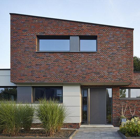 Rodinný dům s kanceláří v Rheine: Vstupní zóna rodinného domu s blokovými okny ze systému Schüco AWS 75 BS.SI a vchodovými dveřmi za systému Schüco ADS 75.SI s biometrickou čtečkou otisků prstů Schüco Fingerprint Foto: Schüco International KG, oficiální zdroj