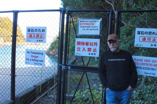Ric O'Barry před střeženým vstupem do zátoky Taiji Foto: Dolphin Project, oficiální zdroj