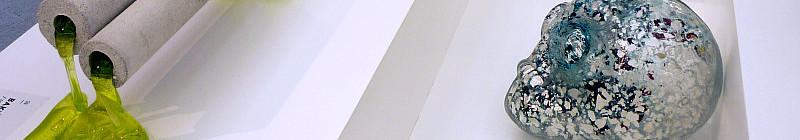 Luba Bakičová: Fragile Support, 2012, uranové sklo, tavené, žárobeton, 17 x 57 x 15 cm, vyvolávací i dosažená cena 40 000 Kč a Ivan Pokorný: Portrét, 2013 sklo čiré, zatavená slída a měděná fólie, foukáno do sádrové formy, 20 x 32 x 22 cm, vyvolávací cena 24 000 Kč, dosažená cena 30 000 Kč Foto: e-Newspeak