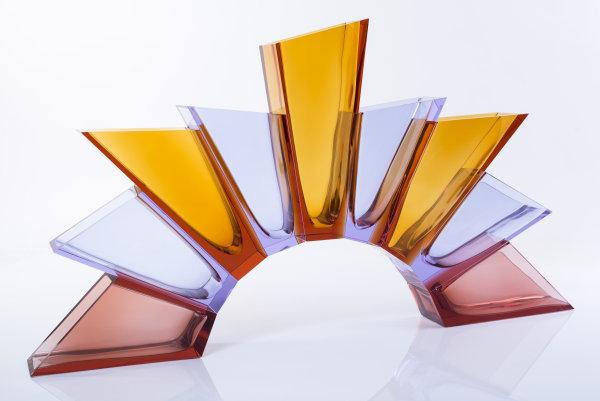 Lukáš Jabůrek: Flame, 2015, sklo křišťálové v barvách topas, alexandrit a rosalen, foukané, broušené a lepené, zhotoveno ve sklárně MOSER, 52,5 x 95 cm vyvolávací cena 180 000 Kč Foto: Martin Prokeš/Dorotheum, oficiální zdroj