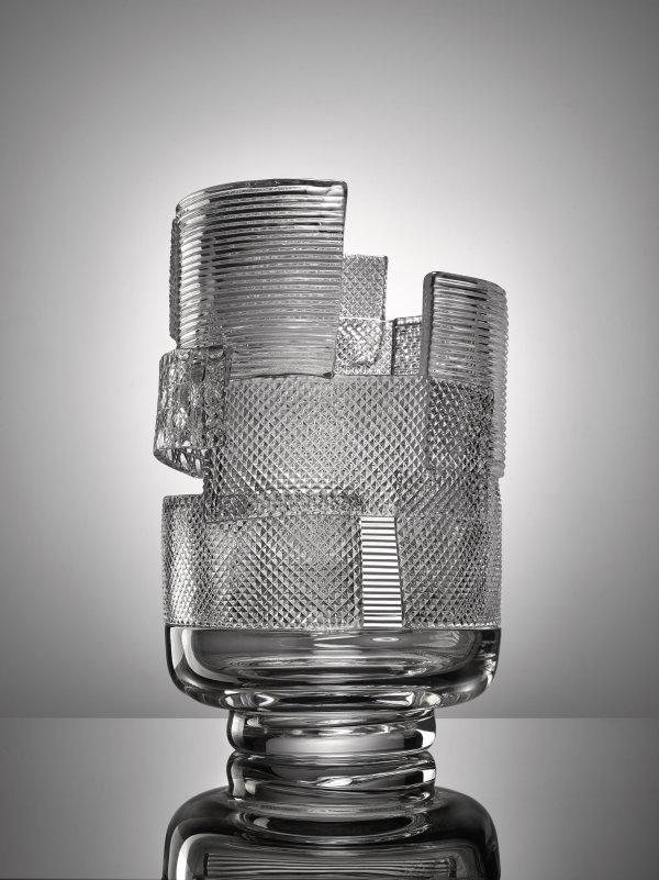 Nendo-Oki Sato: Váza Patchwork sklo čiré, hutně tvarované z předbroušených dílů, výška 38,5 cm, průměr 27 cm Foto: Dorotheum, oficiální zdroj