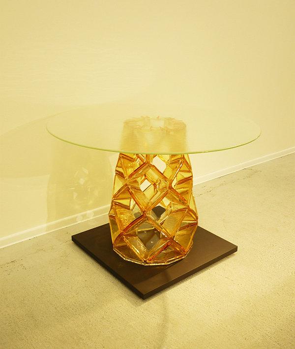 Michael Young: Stůl Homune sklo hutně tvarované, broušené, lepené, vrchní deska ploché sklo, výška 70 cm, průměr 90 cm vyvolávací cena 380 000 Kč Foto: e-Newspeak