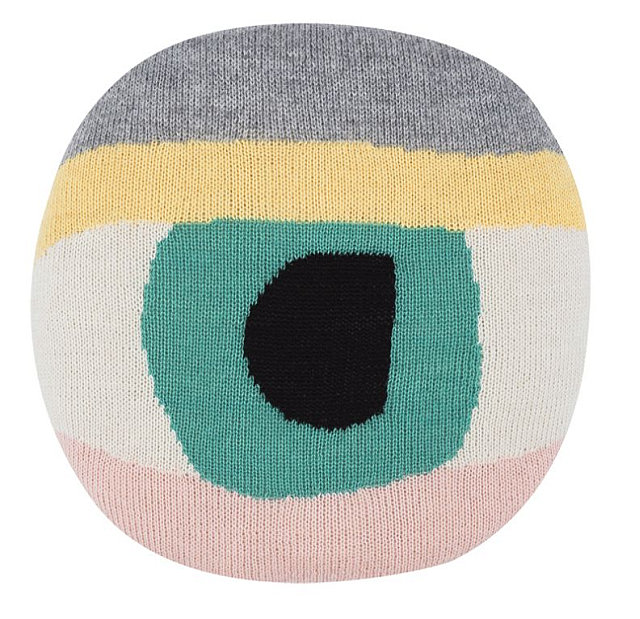 Úpletový kulatý polštář Pretty Eye, design Lucky Boy Sunday, cena 1113 Kč Foto: Designville.cz, oficiální zdroj