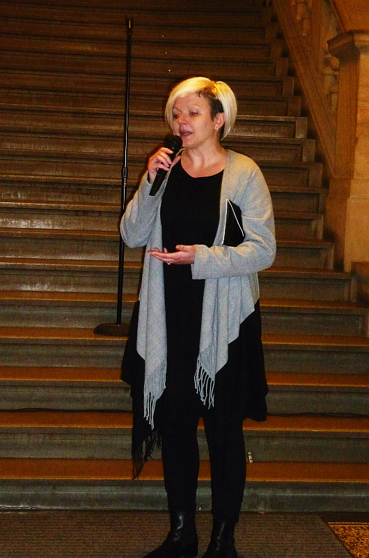 Jitka Kopektková na vernisáži své výstavy Praha ve strhaném plakátu Foto: e-Newspeak