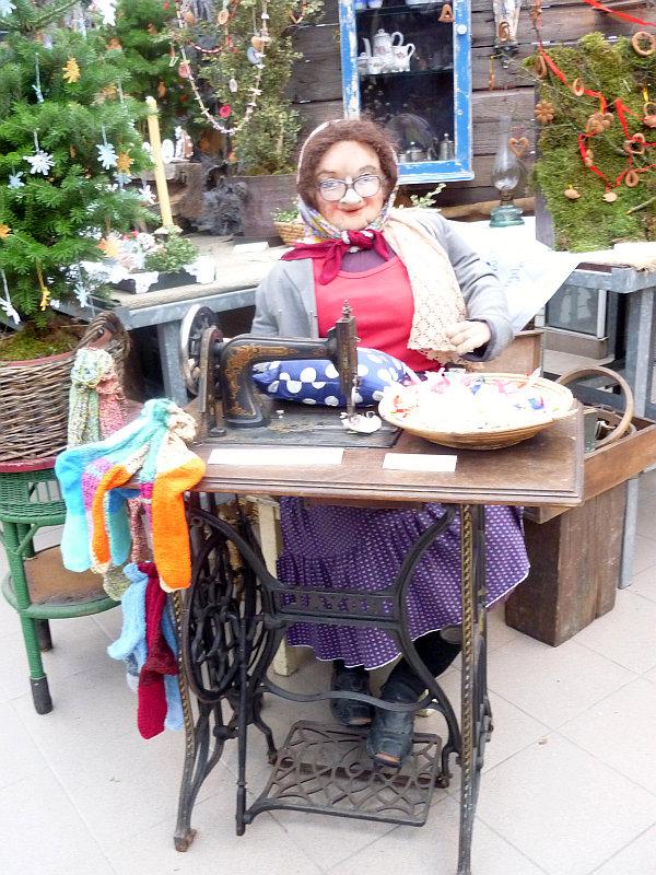 Vánoční výstava: Babka u šicího stroje Foto: e-Newspeak
