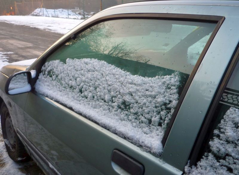 Zasněžené auto Foto: e-Newspeak