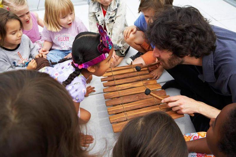 Oran Etkin vede hudební workshopy pro děti Foto: Mladí Ladí Jazz, oficiální zdroj
