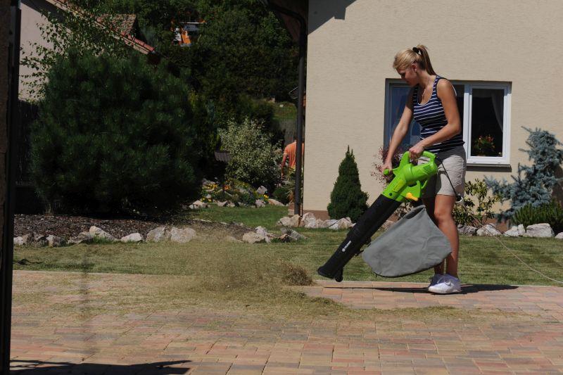 Úklid trávy s vysavačem FZF 4020-E Foto: Fieldmann, oficiální zdroj