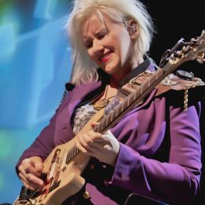 Jennifer Batten Foto: Kytara napříč žánry, oficiální zdroj