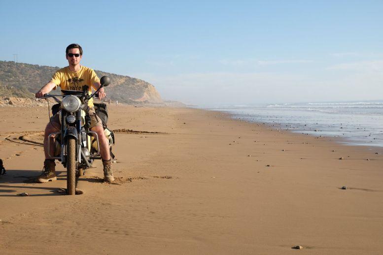 Čezetou kolem Afriky: Martin Magnusek na pláži v Maroku Foto: Martin Magnusek, oficiální zdroj