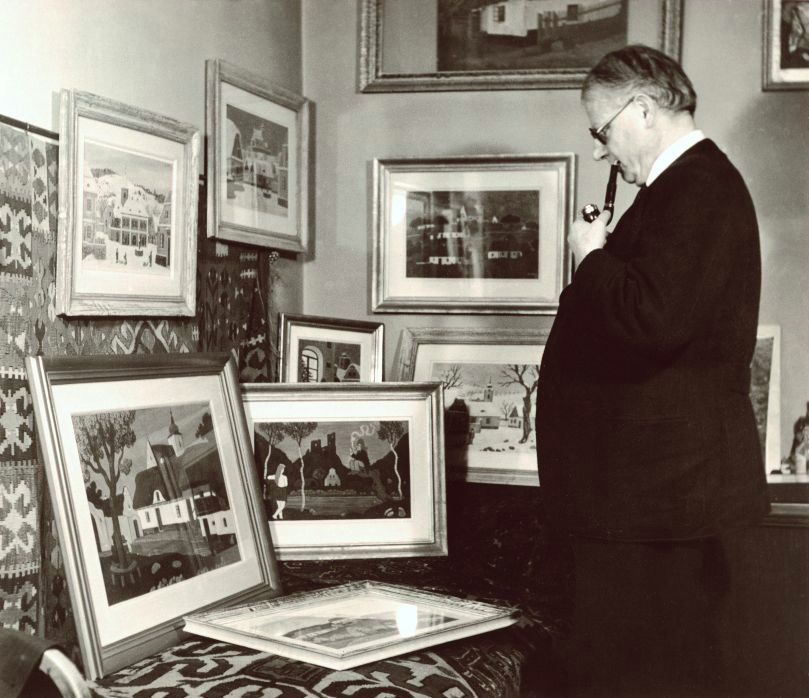 Josef Lada se svými obrazy, únor 1947 Foto: Galerie Tančící dům, oficiální zdroj