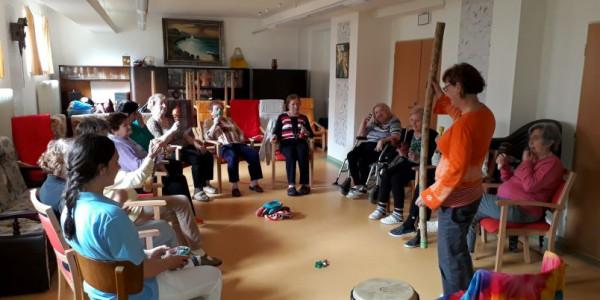 Magda Bláhová při muzikoterapii v Alzheimercentru Zlín Foto: Alzheimercentrum, oficiální zdroj