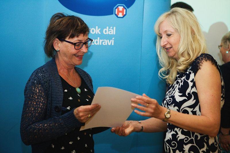 Magda Bláhová přebírá ocenění Dobrá duše Foto: ©zdenek@mazanec.info/Alzheimercentrum, oficiální zdroj