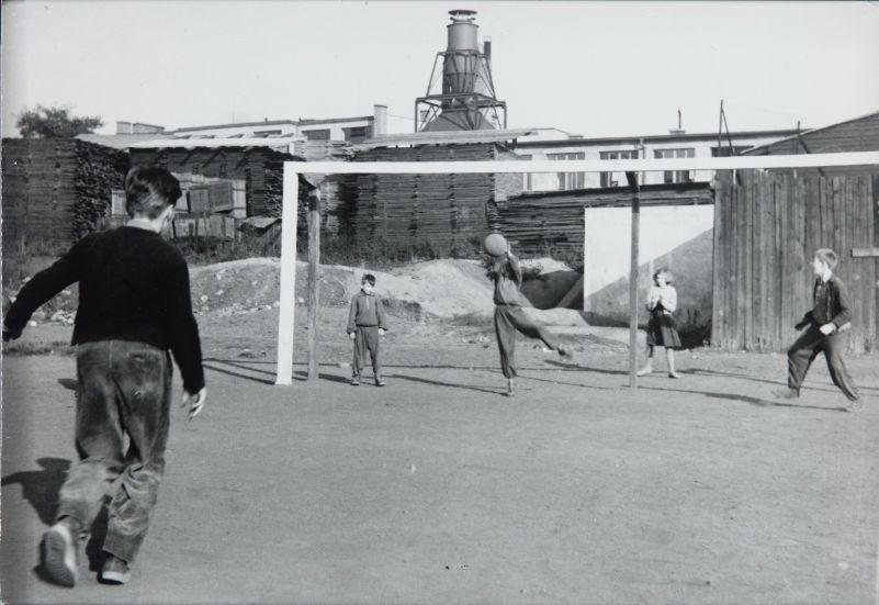 Běla Kolářová: Hřistě z cyklu Dětské hry, 1956 Oficiální zdroj: UPM