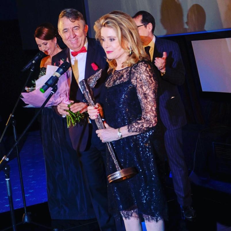 Catherine Deneuve přebírá cenu Kristián za celoživotní přínost světové kinematografii Foto: MFF Praha Febiofest, oficiální zdroj