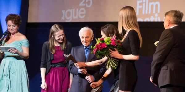 Charles Aznavour přebírá Kristiána Foto: MFF Praha - Febiofest, oficiální zdroj