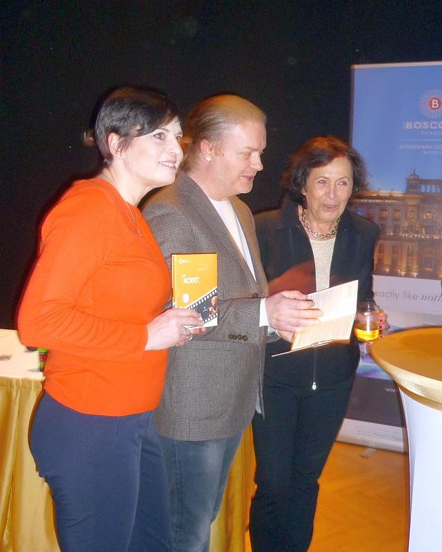 Bára Kodetová s manželem Pavlem Šporclem a maminkou Soňou Kodetovou přebírá pamětní medaili Jiřího Kodeta Foto: e-Newspeak