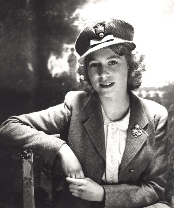 Cecil Beaton: Královna Alžběta II., 1942, bromografie, bílý karton  Oficiální zdroj: Museum Kampa