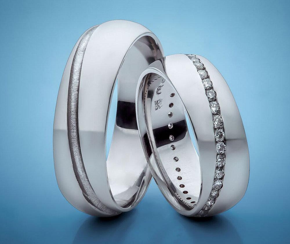 Autorské snubní prsteny z bílého zlata osázené v diagonále bílými diamanty, cena 48 320 Kč, Esterstyl Foto: Esterstyl, oficiální zdroj